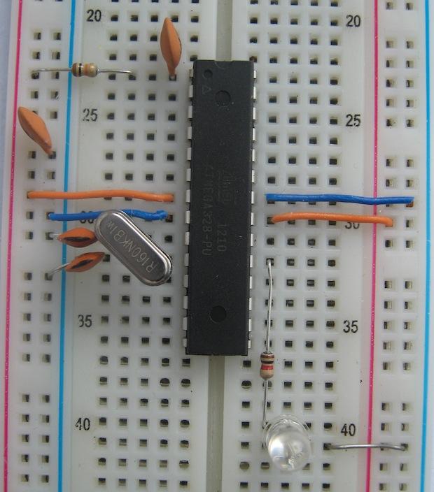 Kompletní zapojení na nepájivém poli. Obvod je napájen 5 V z připojeného UART převodníku.